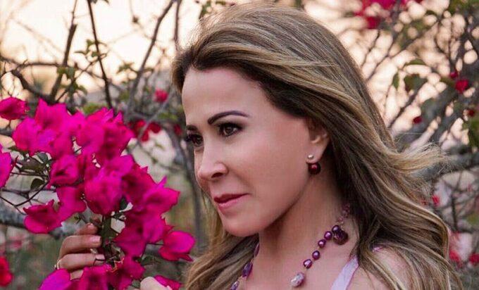 Querendo se casar, Zilu Camargo surge mais uma vez vestida de noiva e detalhe chama atenção