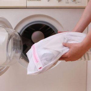 Saco de lavar roupas na máquina é igual lavar na mão? por Ingrid Lisboa
