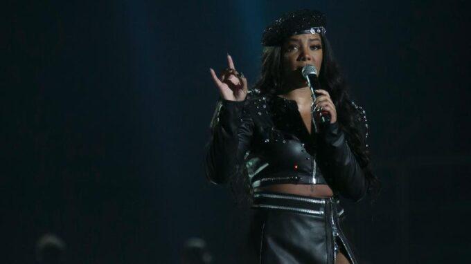 Ludmilla dá show ao demonstrar novo talento, ganha declaração da namorada e público vai ao delírio com o casal