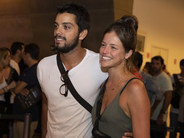 Rodrigo Simas é flagrado em momento íntimo com Agatha Moreira e mão boba do ator dá o que falar