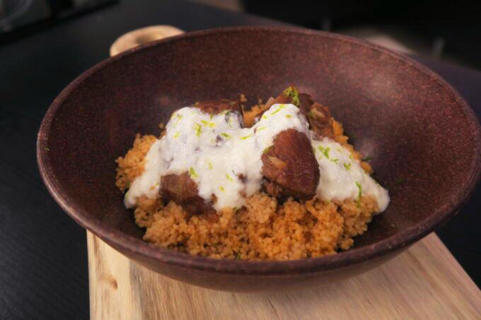 Cuscuz com cordeiro e molho de iogurte por Aluísio Nahime