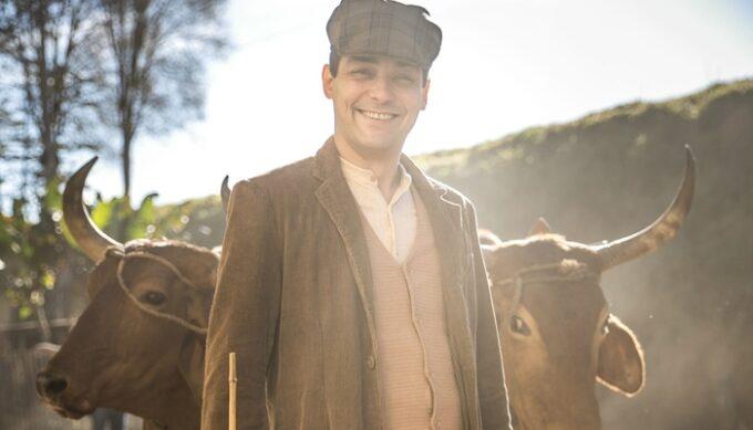 Eduardo Sterblitch estreia em novelas na Globo em Éramos Seis, revela vício e fica nervoso