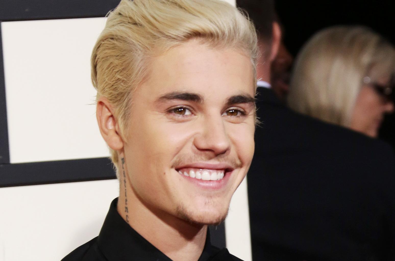 Justin Bieber se converte, ministra louvor em culto e diz que está em pior momento de sua vida