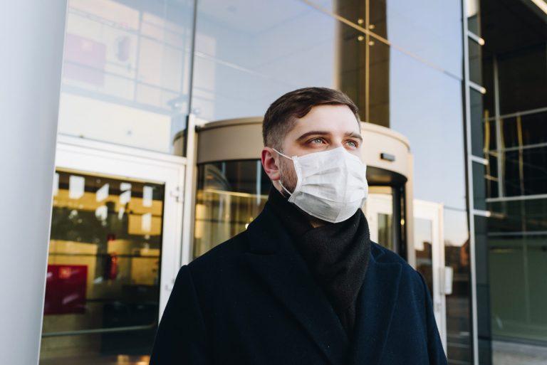 Cuidados com a pele do rosto ao usar máscara de proteção