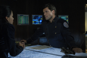 "BATTLESTAR GALACTICA - Stephanie Jacobsen as Kendra Shaw and Jamie Bamber as Lee ""Apollo"" Adama in ""Razor"""