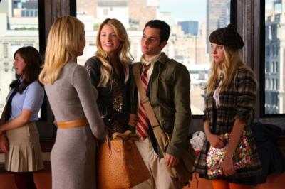 "GOSSIP GIRL - Kelly Rutherford as Lily, Blake Lively as Serena, Penn Badgley as Dan, and Taylor Momsen as Jenny in ""Hi, Society"""