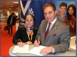 Karen Fu, Gerente General de Zhejiang Huace Film & TV Company, y Manuel Pérez, Vicepresidente & CFO de Venevision International