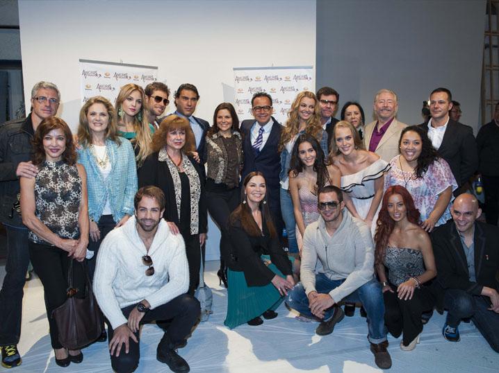 El elenco de Amores verdaderos durante de la presentación ante los medios