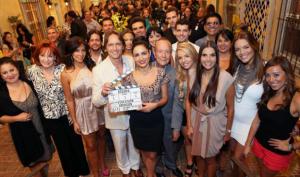 Itahisa Machado, Guy Ecker y Lorena Rojas, junto con el elenco en el claquetazo del primer capítulo