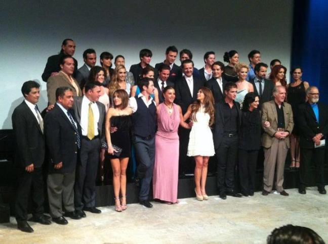 Alberto Santini, director de Azteca Novelas y Azteca 13, Elisa Salinas, productora y el elenco de la telenovela; Los Rey, durante la presentación