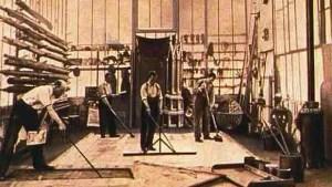 Méliès (à gauche) en train de peaufiner un décor