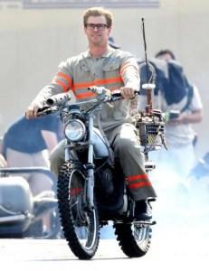 Chris Hemsworth en costume sur le tournage du film