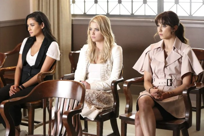 Pretty Little Liars saison 6 épisode 11 - Of Late I Think Of Rosewood
