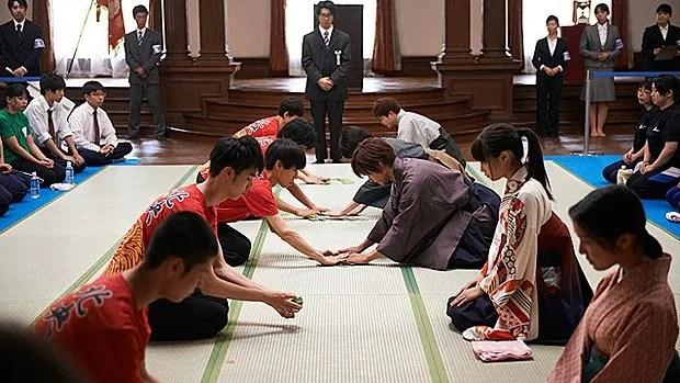 Chihayafuru montre le karuta de compétition en équipe de cinq.