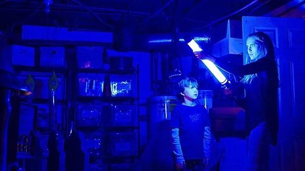 Gabriel Bateman et Teresa Palmer dans Lights Out.