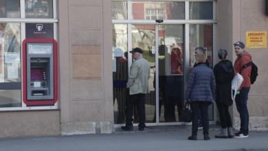 Photo of Počela isplata martovskih penzija, gužve pred bankama
