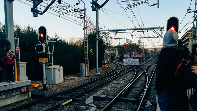 Talls a les vies del tren dels FGC a Sant Cugat per la vaga feminista del 8-M