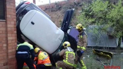 Cotxe accidentat al pati de l'escola