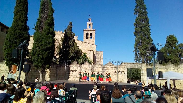 """""""L'Andança a la Plaça"""" tanca el curs de l'Esbart de Sant Cugat amb l'exhibició de prop de 400 nens"""