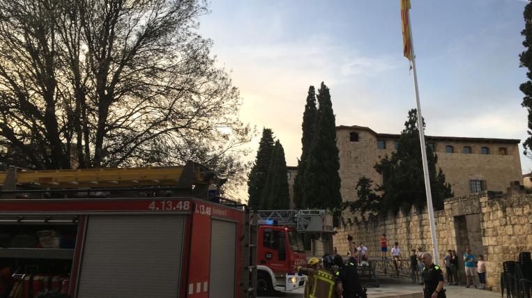 Dos camions de bombers retiren el pal de la senyera de la Plaça d'Octavià per evitar que caigui