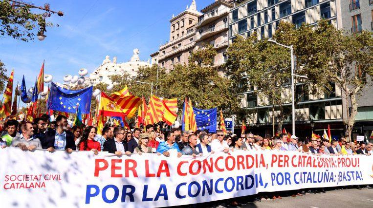 Milers de persones, amb presència santcugatenca, responen a la crida de Societat Civil Catalana i es manifesten a Barcelona