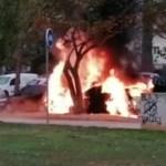 Un incendi al carrer Abat Armengol calcina un cotxe i afecta un altre