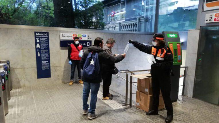 Creu Roja i Protecció Civil reparteixen 28.000 mascaretes a les estacions de tren de Sant Cugat