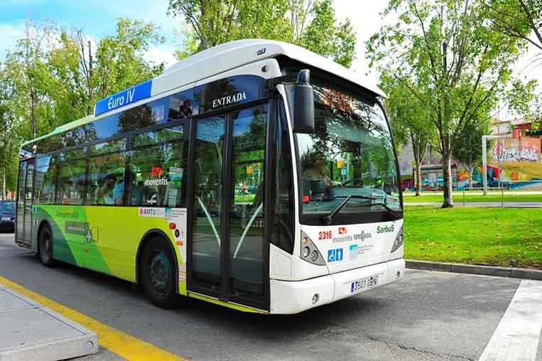Els autobusos urbans redueixen el seu servei durant el mes d'agost