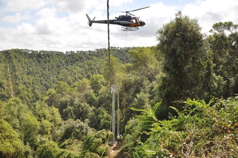 Endesa instal·la amb un helicòpter una línia de mitja tensió a Sant Cugat