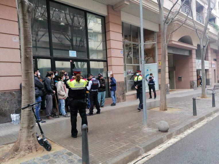 Ocupen un local comercial buit al carrer Borrell
