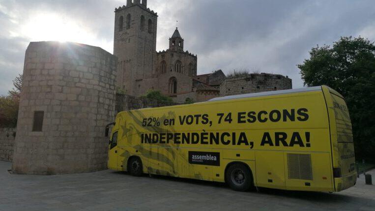 Una cinquantena de santcugatencs reben el bus de l'ANC que reclama que el nou Govern faci la independència