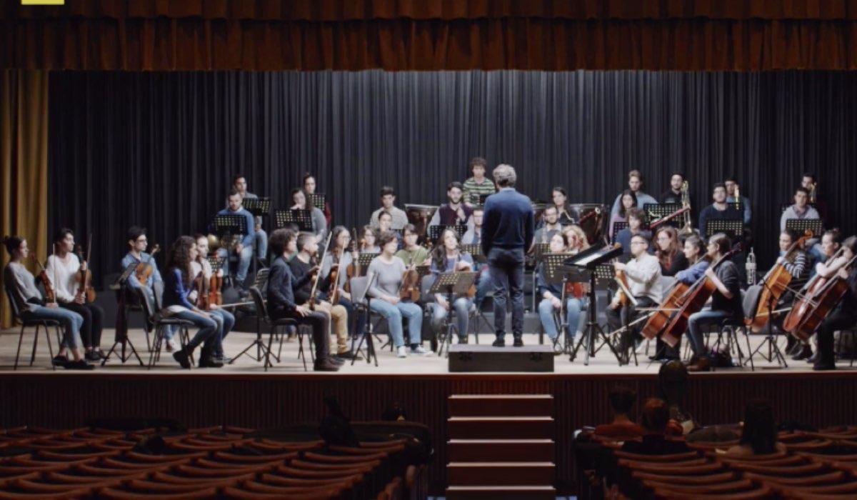 La Compagnia del Cigno orchestra con Luca Marioni nel primo episodio ne L'arrivo di Matteo Credits RAI