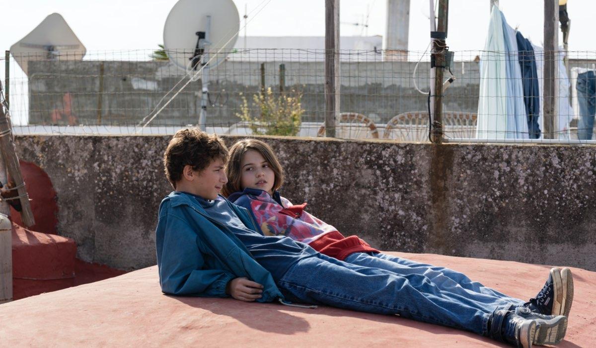 """Da sinistra: Daniel (Alfredo Cerrone) e Matilda (Azzurra Iacone) nel 1998 in """"Generazione 56k"""". Credits: Netflix."""