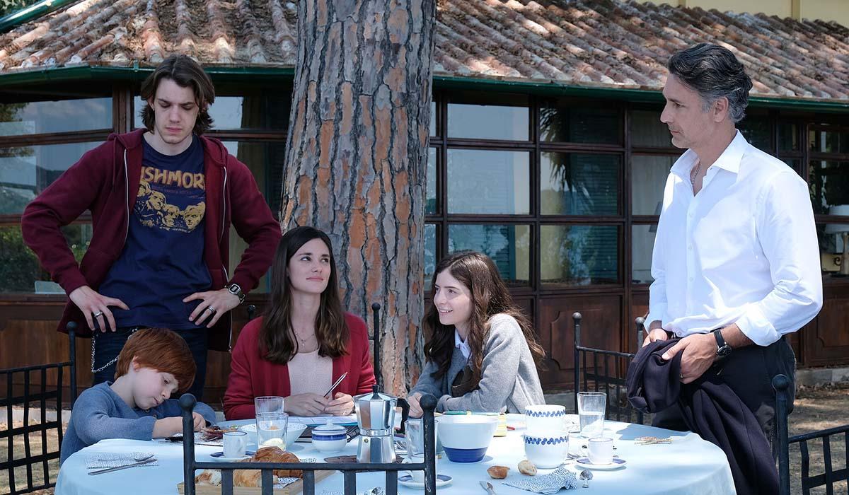 Francesca (Elena Funari), Guido (Raoul Bova), Jacopo (Matteo Oscar Giuggioli) e Sole (Ginevra Francesconi) in Buongiorno, Mamma. Credits: Ufficio Stampa Mediaset.