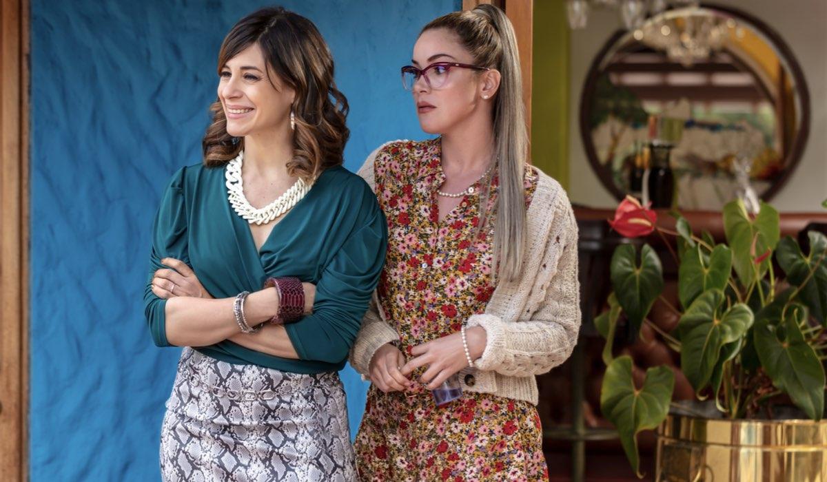 Maria Cecilia Sanchez (Margot) e Nataly Umana (Estela) ne I Ciarlatani Credits: Mauro Gonzalez/Netflix