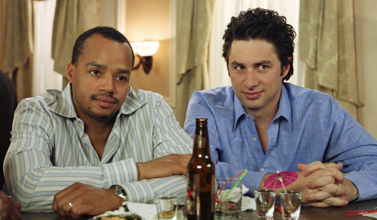 """Da sinistra: Donald Faison e Zach Braff in una scena di """"Scrubs"""". © Touchstone Television, tutti i diritti riservati."""