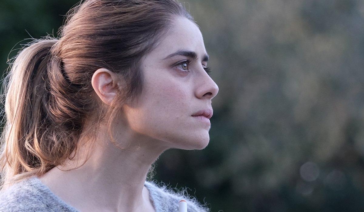 Greta Scarano in una scena della fiction Chiamami ancora amore nei panni di Anna Santi. Credits: Fabrizio de Blasio e Rai.