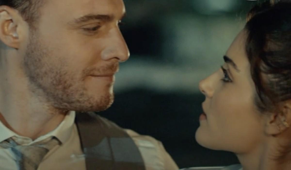 Kerem Bursin (Eda) e Hande Eccei (Serkan) Nel Promo della soap Love Is In The Air. Credits: Mediaset
