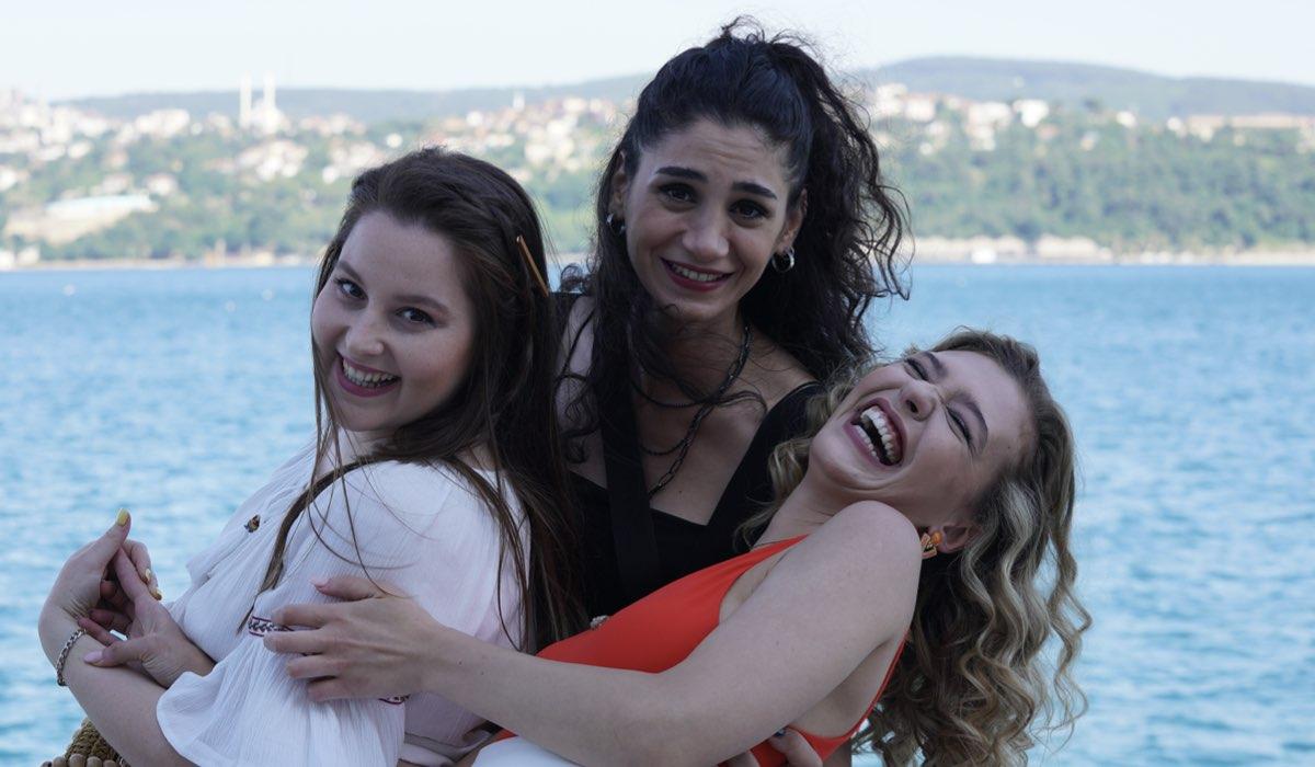 Love Is In The Air: Figen, Melek e Ceren interpretate da Sitare Akbas, Elçin Afacan, Melisa Döngel. Credits: Mediaset