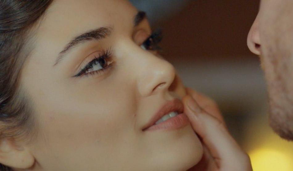 Love Is In The Air, episodio 12: Eda Yıldız interpretata da Hande Erçel con Serkan Bolat interpretato da Kerem Bürsin. Credits: Mediaset