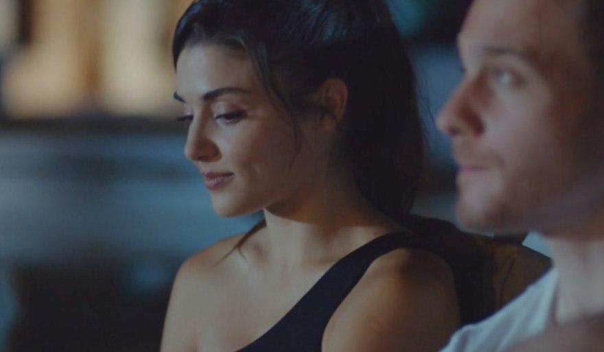 Love Is In The Air, episodio 15: Eda Yıldız interpretata da Hande Erçel e Serkan Bolat interpretato da Kerem Bürsin. Credits: Mediaset