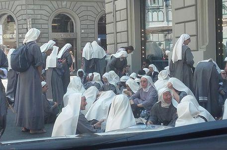 Firenze: pic nic delle suore sul marciapiede, davanti a Prada. Ironia sul web
