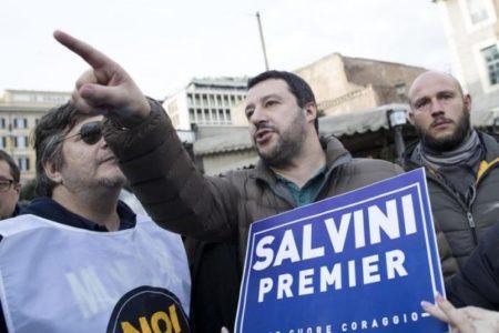 Salvini nella diocesi di Livorno: parla di lavoro, rifugiati, Islam e Pci. Gli antagonisti cantano «Bandiera ro ssa»