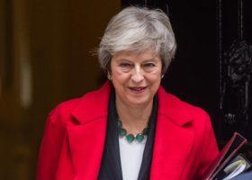 Brexit: Theresa May annuncia il rinvio del voto sull'accordo con Bruxelles. E i parlamentari ridono