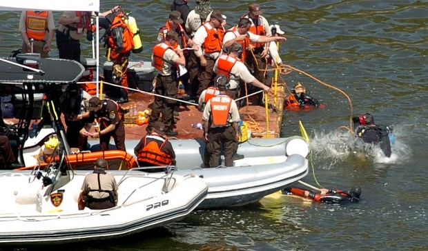 Divers enter the water of Missisippi River during the recovery mission at the site of the Interstate 35W bridge collapse in Minneapolis on Friday, Aug. 3, 2007. (Sherri LaRose-Chiglo / Pioneer Press)