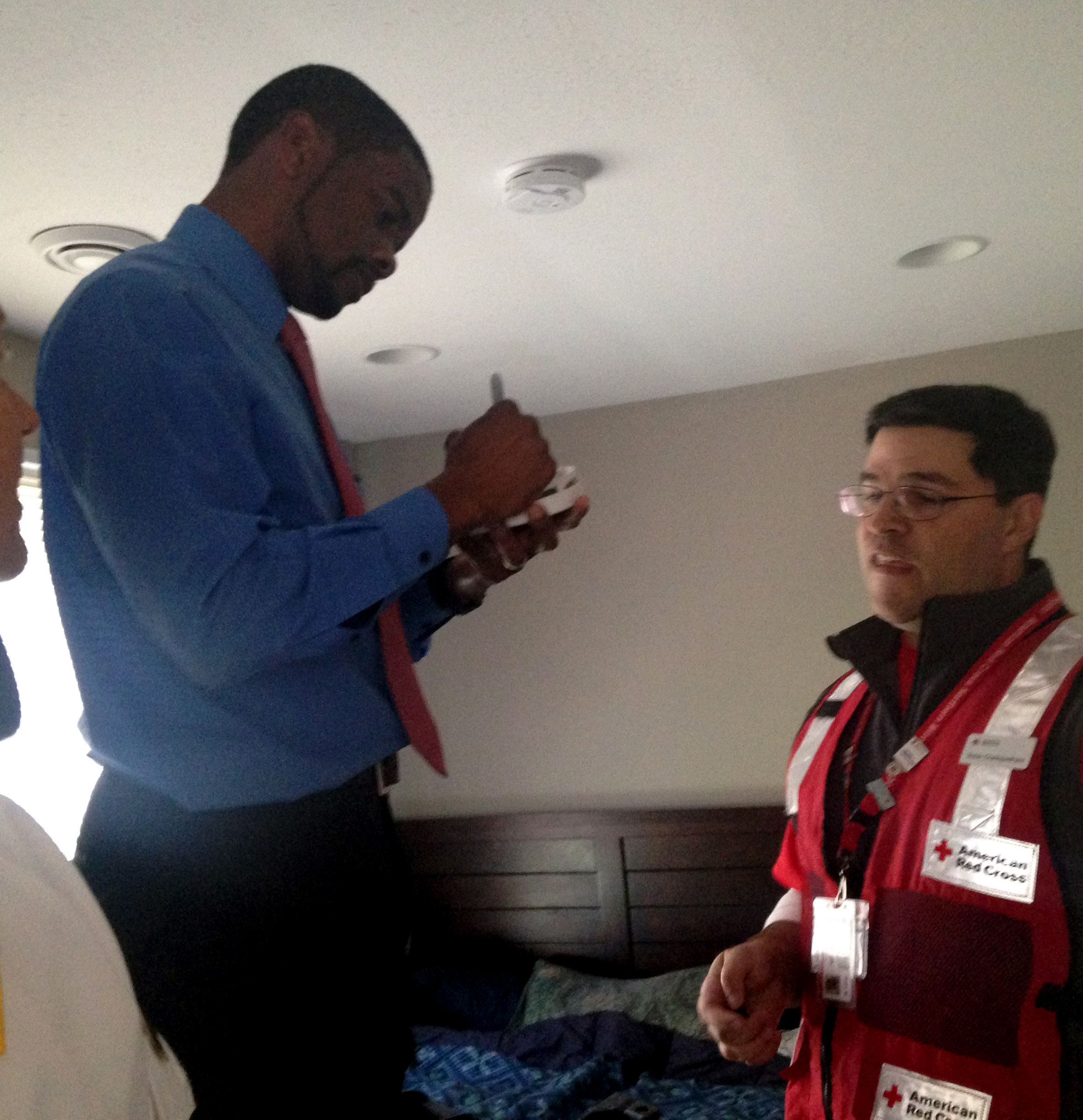 St. Paul Mayor Melvin Carter writes the date on a smoke alarm which is  sc 1 st  Pioneer Press & American Red Cross goes door-to-door in St. Paul to offer fire ...
