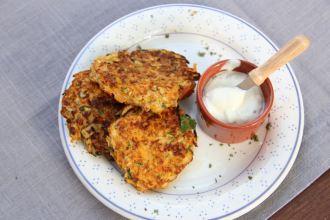 Knusprige Zucchinipuffer Low Carb mit Möhren und Süßkartoffeln