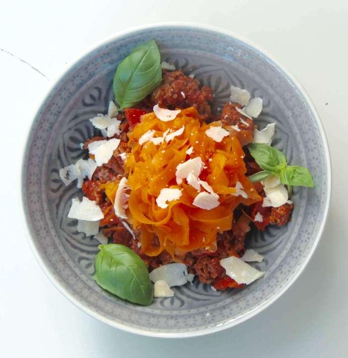 Gemüsenudeln mit Bolognese aus Möhren und saftigem Rindfleisch