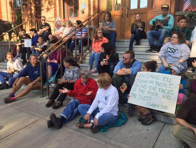Saratoga stands up against sidewalk sitting ban