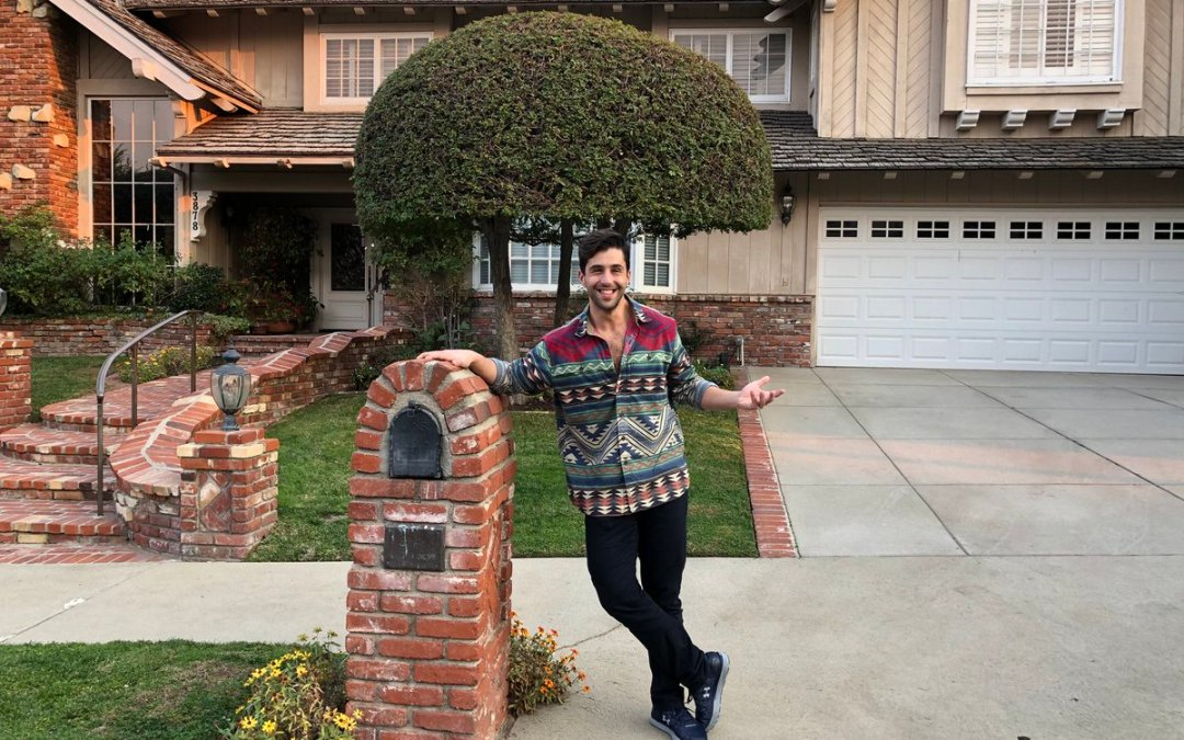 """Two Buttons Deep Tuesday: Josh Peck Visits His """"Childhood Home"""""""